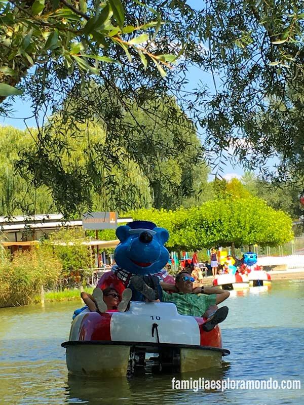 Famigliaesploramondo in relax sul laghetto del parco Ravensburger Spieleland