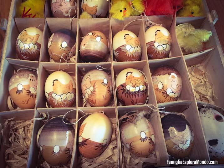 Cassetta di legno contenente uova di pasqua dipinte a mano