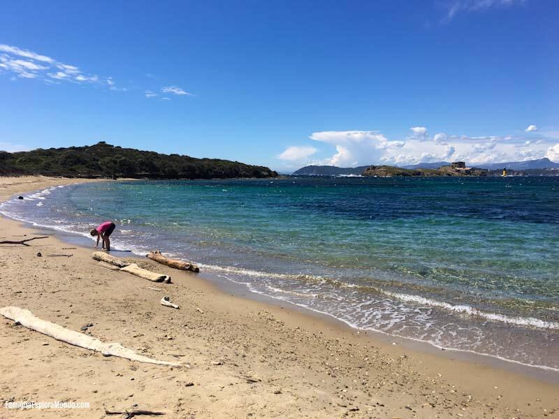 La spiaggia bianca, per il colore della sua sabbia, si contrappone alla speculare spiaggia nera