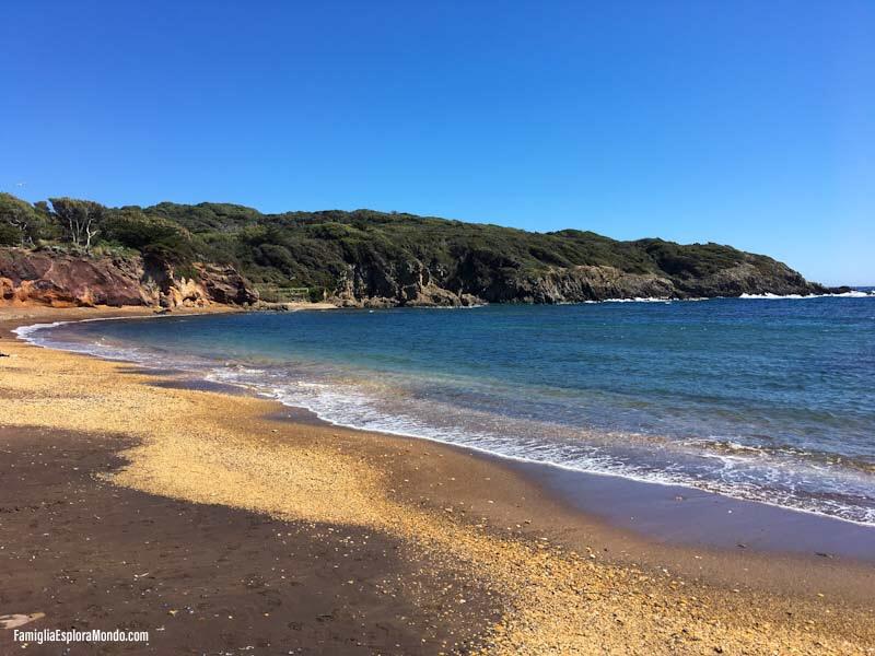 La spiaggia nera del Langoustier con mare blu e rocce rosse