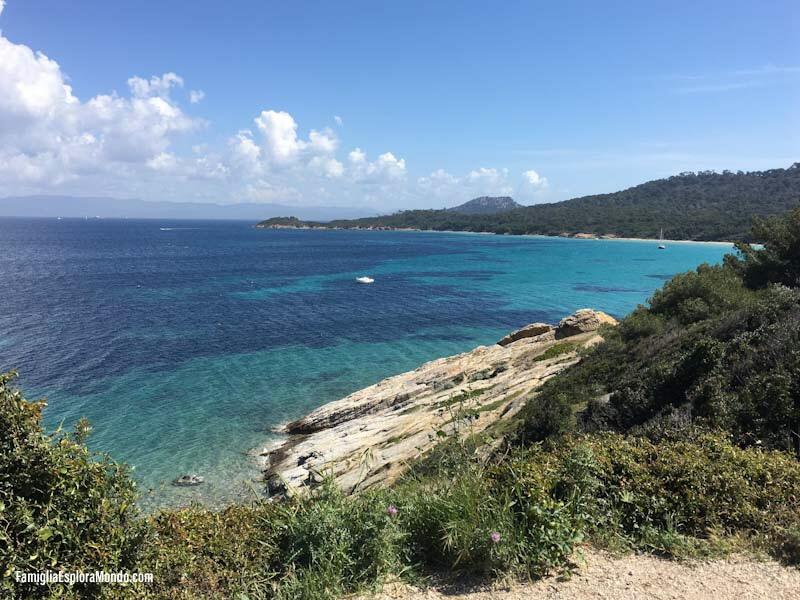 Mare blu e acqua cristallina dal primo punto panoramico lungo il sentiero che conduce alla plage de notre dame