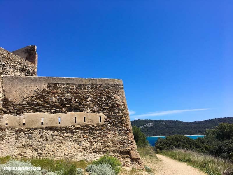 Il Fort de l'Alycastre, lungo la strada che collega Porquerolles alla spiaggia di Notre Dame