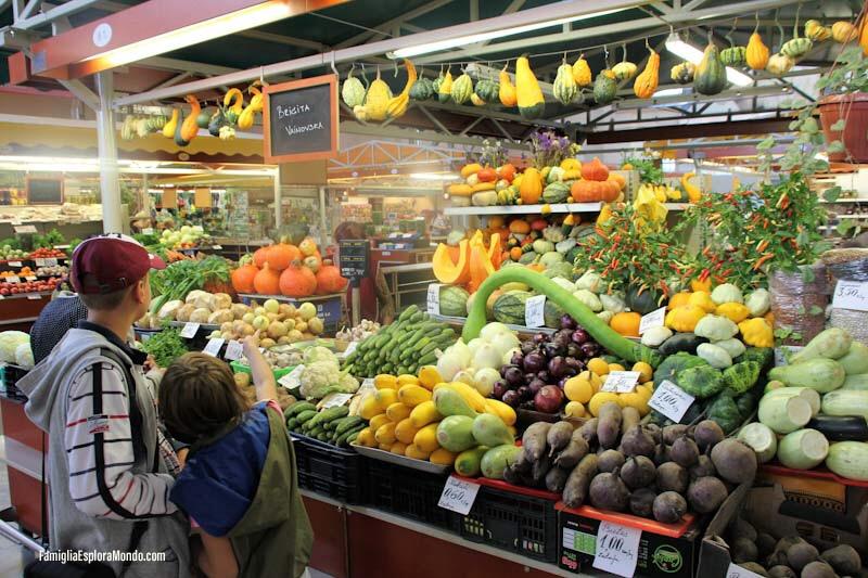 Frutta in vendita al mercato negli Hangar di Riga