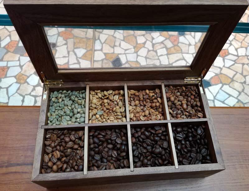 Chicchi di caffè di colore diverso a seconda delle fasi di tostatura
