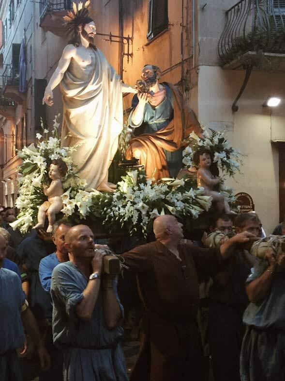 Portantini durante la processione di San Pietro a Finale LIgure