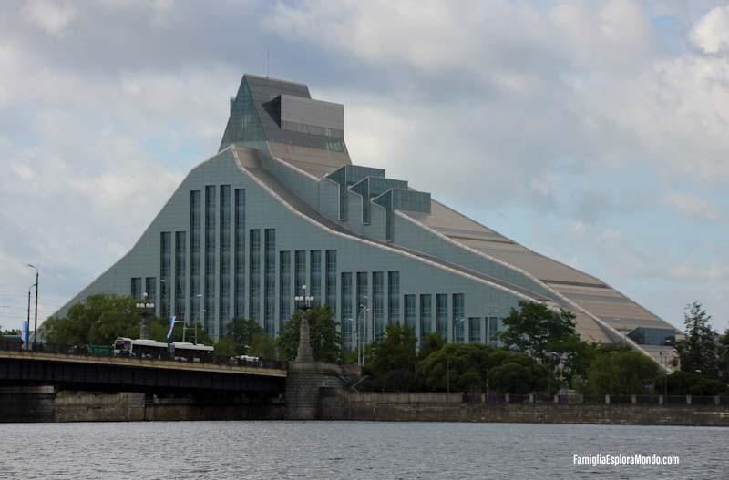 Biblioteca di Riga vista dal Canale