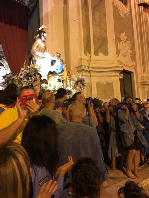 Il saluto della statua di San Pietro