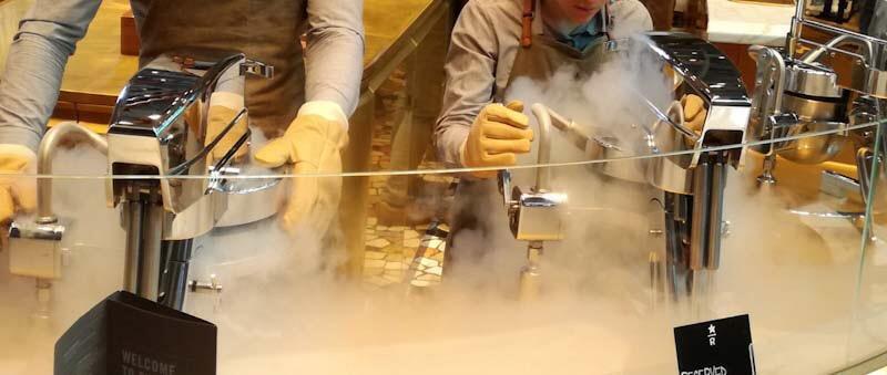 Preparazione del gelato da Starbucks