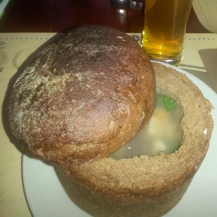 Zuppa di cipolle e patate nella pagnotta a Vilnius