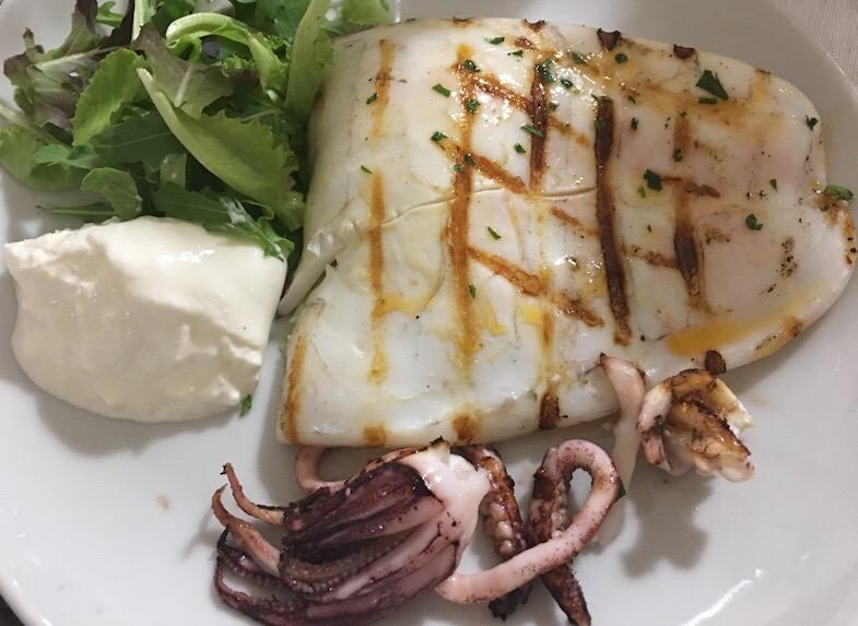 Calamaro alla griglia con barrata e polipetti