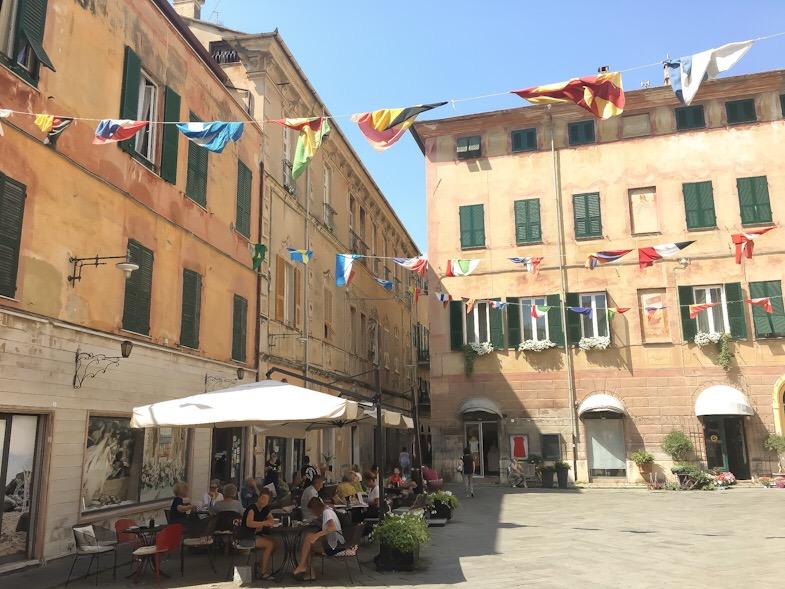 Bar sulla piazza nel centro storico di Finale LIgure