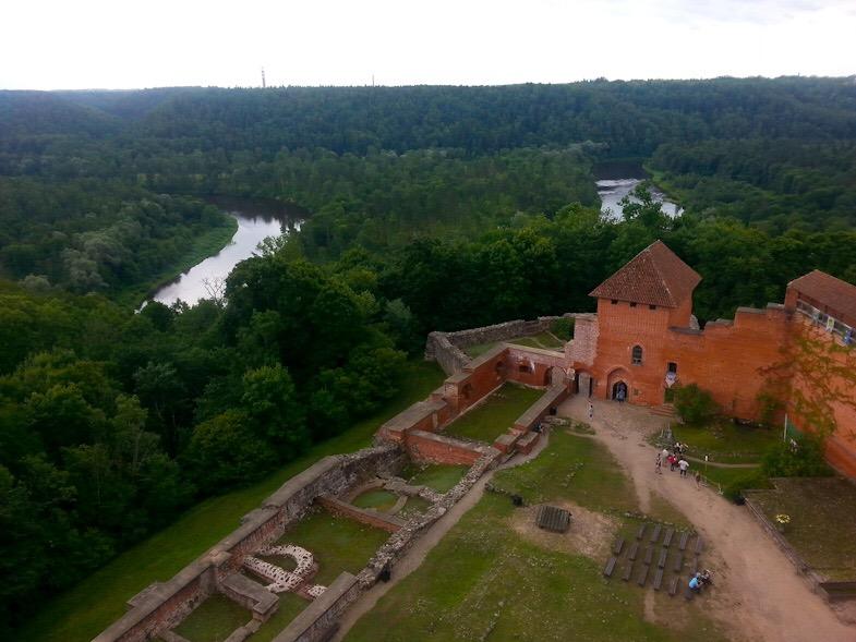 Il castello di Turaida offre uno splendido panorama sulla verde valle solcata dal fiume