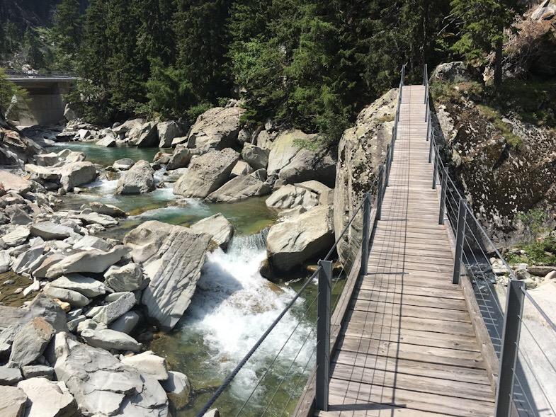 Ponte tibetano a sufers lungo il sentiero 50 via spluga