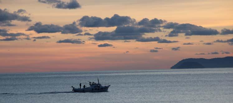 Peschereccio sul mare di Finale LIgure al tramonto