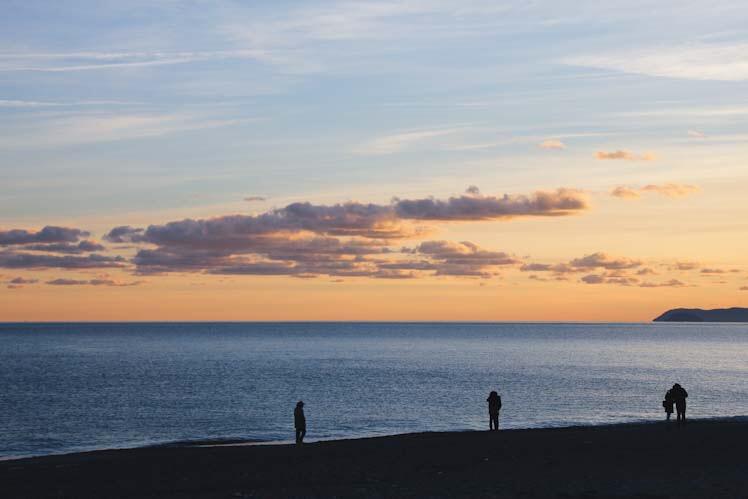 Tramonto nei toni di rosa e azzurro sul mare, visto da Finalmarina