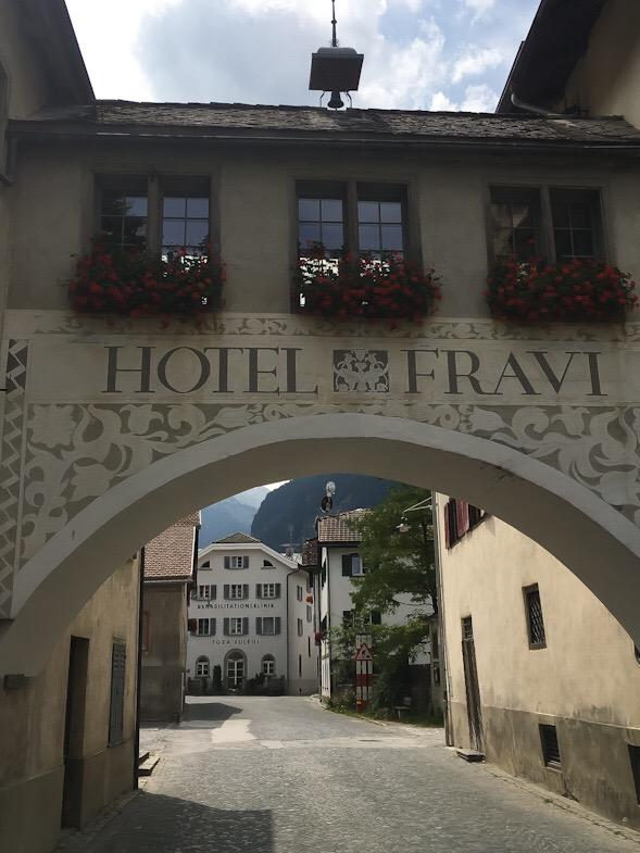 Ingresso centro storico di andeer dall'arco dell'hotel fravi