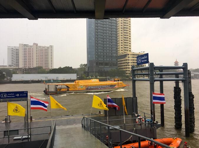 Battelli a Bangkok lungo il fiume Chao Phraya