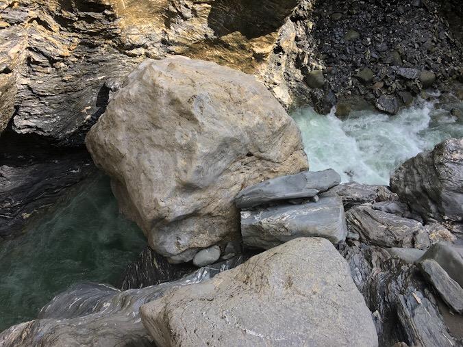 Il grosso e tondo masso erratico sul fiume reno, in fondo alla gola, che sembra un volto umano