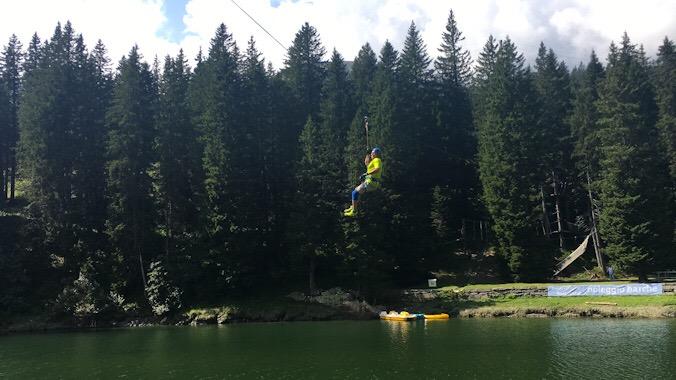 Tirolese sul fiume al parco avventura San bernardino in svizzera