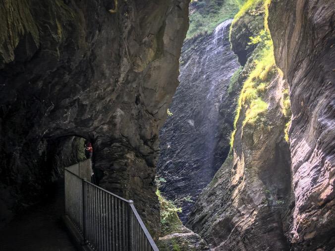 La galleria che conduce sotto le rocce scavate dal Reno, da cui scendono lievi cascatelle d'acqua