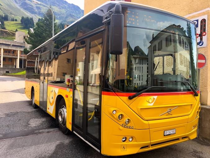 Il postale giallo che percorre le strade svizzere
