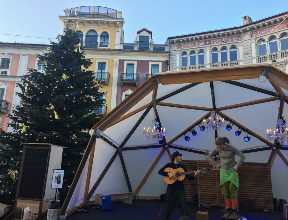 """Animazione in Piazza Grande a Locarno, durante l'evento """"Locarno On Ice"""". Albero di Natale a Locarno"""