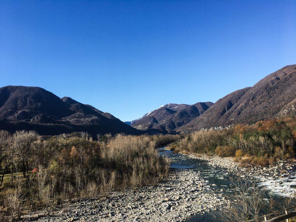 Il percorso della Ferrovia Vigezzina Centovalli solca fiumi e attraversa boschi
