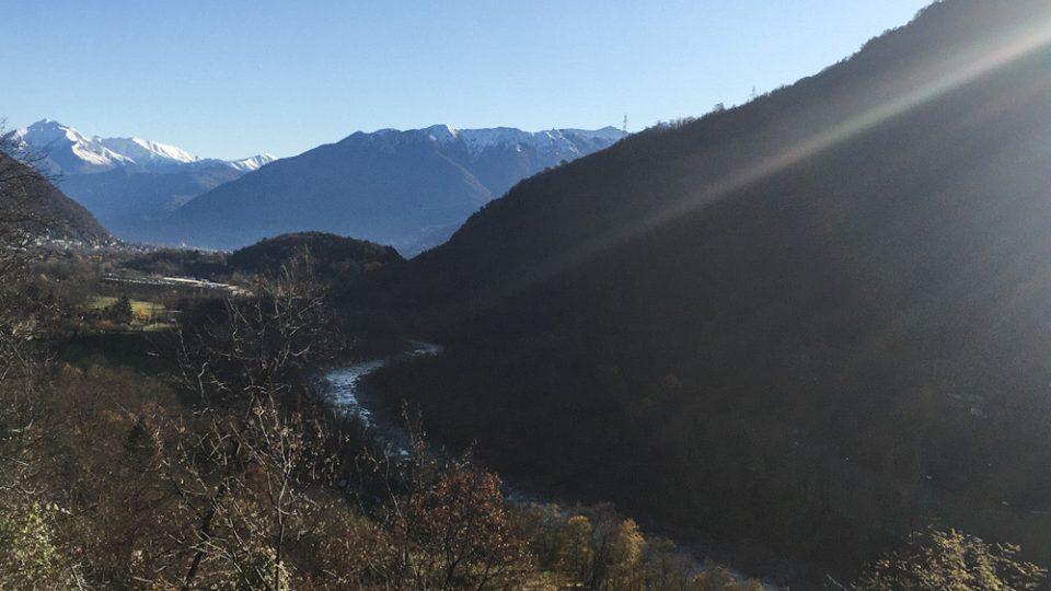 Il percorso della Ferrovia Vigezzina Centovalli attraversa le valli solcate dal fiume