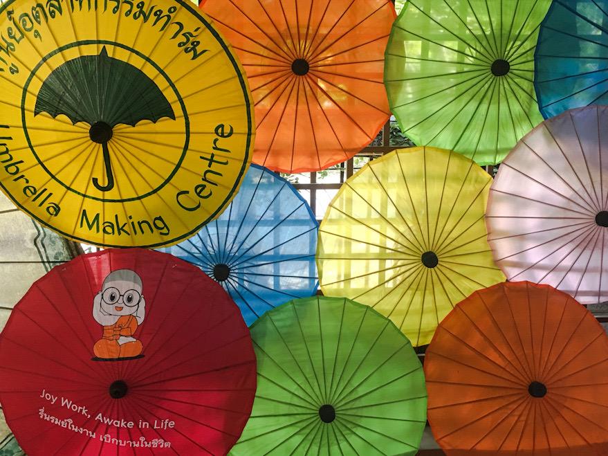 Fabbrica degli ombrelli di carta, tipico artigianato thailandese
