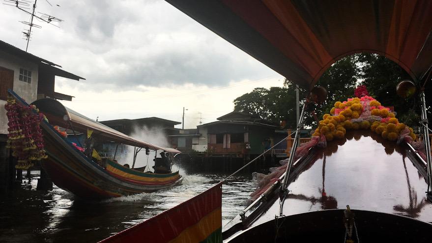 La long tail boat è un'imbarcazione tipica thailandese. Un itinerario in Thailandia dovrebbe sempre prevedere un giro a bordo!