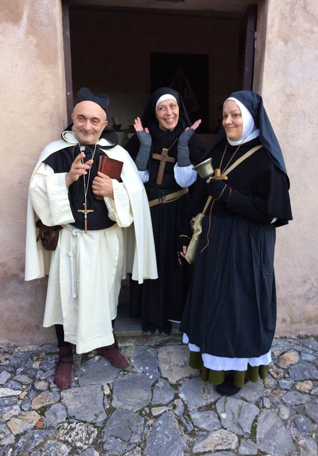 Il prete e le suore al Dinô da Nüxe