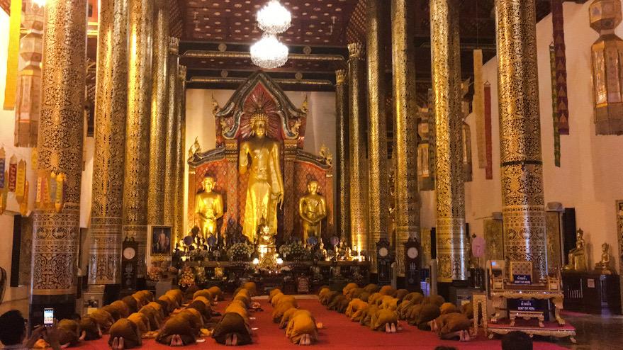 Monaci in preghiera a Chiang Mai