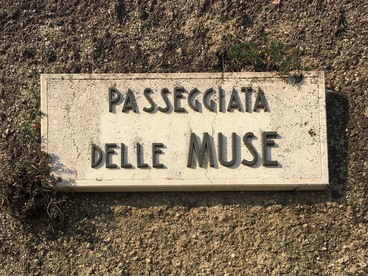 Inizio Passeggiata delle Muse a Sirmione sul Lago di Garda