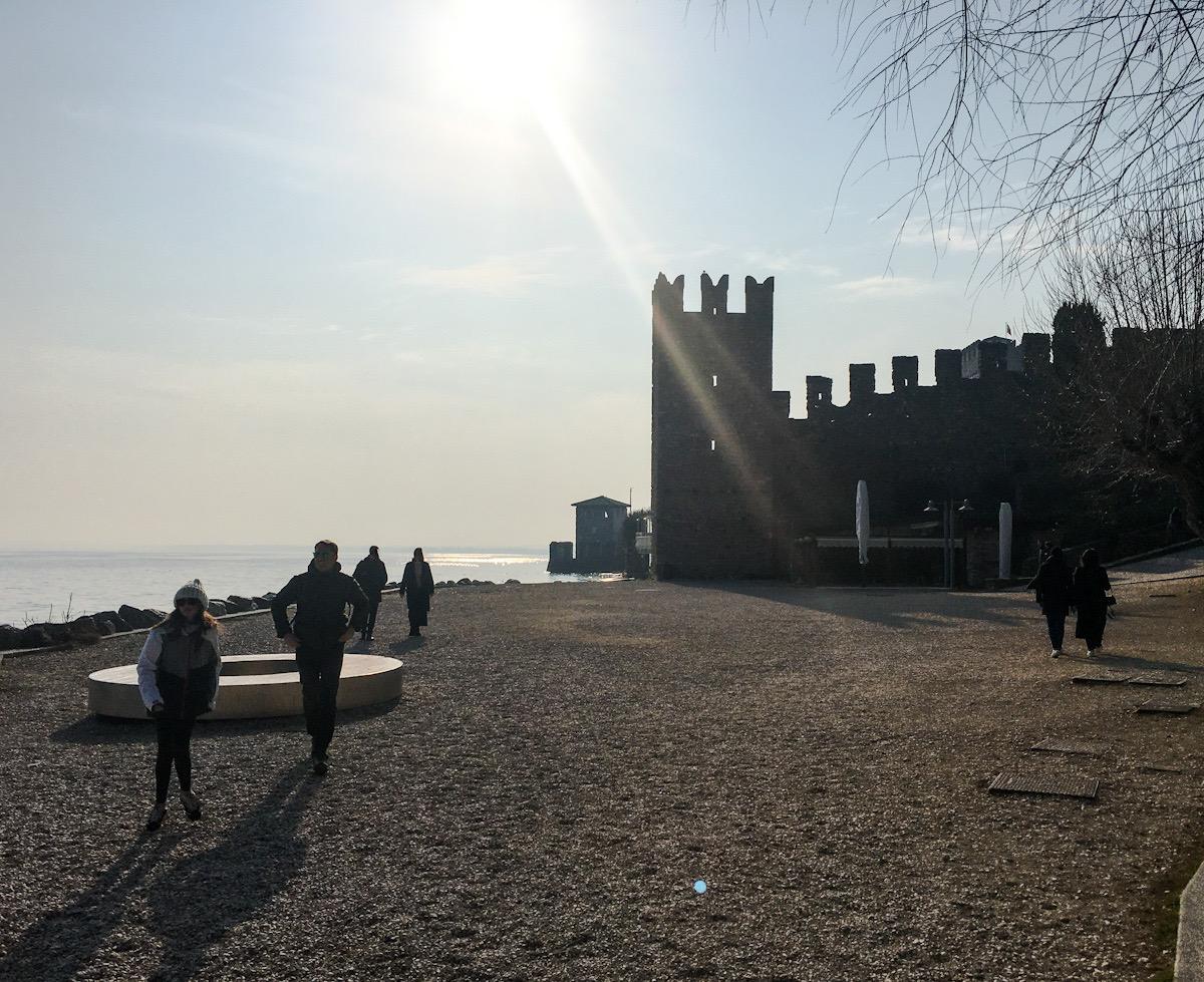 Passeggiata delle Muse e Castello Scaligero di Sirmione sul Lago di Garda