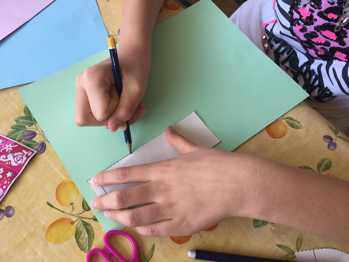 Su un cartoncino, riproduci le varie parti del corpo del pulcino utilizzando il cartamodello