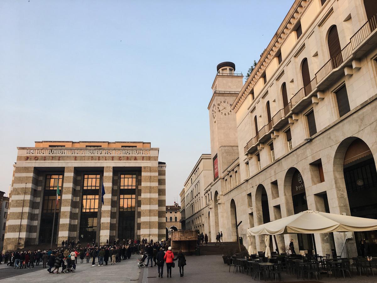 Piazza della Vittoria risale all'era fascista. La dominano il palazzo delle poste e l'Arengario.