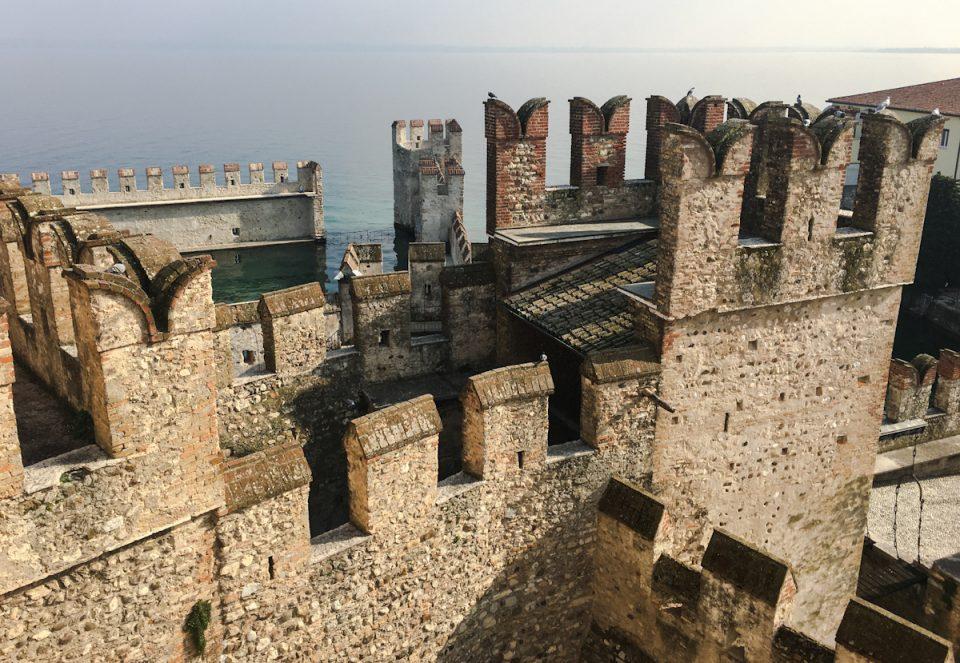 Torri merlate del Castello Scaligero di Sirmione con vista sulla darsena