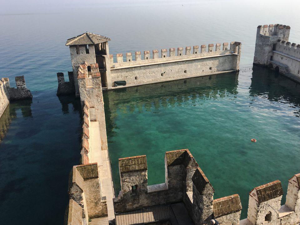 La darsena del Castello Scaligero di Sirmione vista dal Mastio