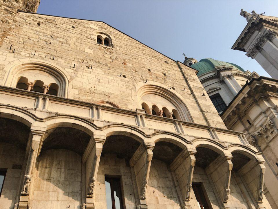 La Loggia del Broletto è adornata da statue che rappresentano ladri e giudici. Nel mezzo, la Giustizia