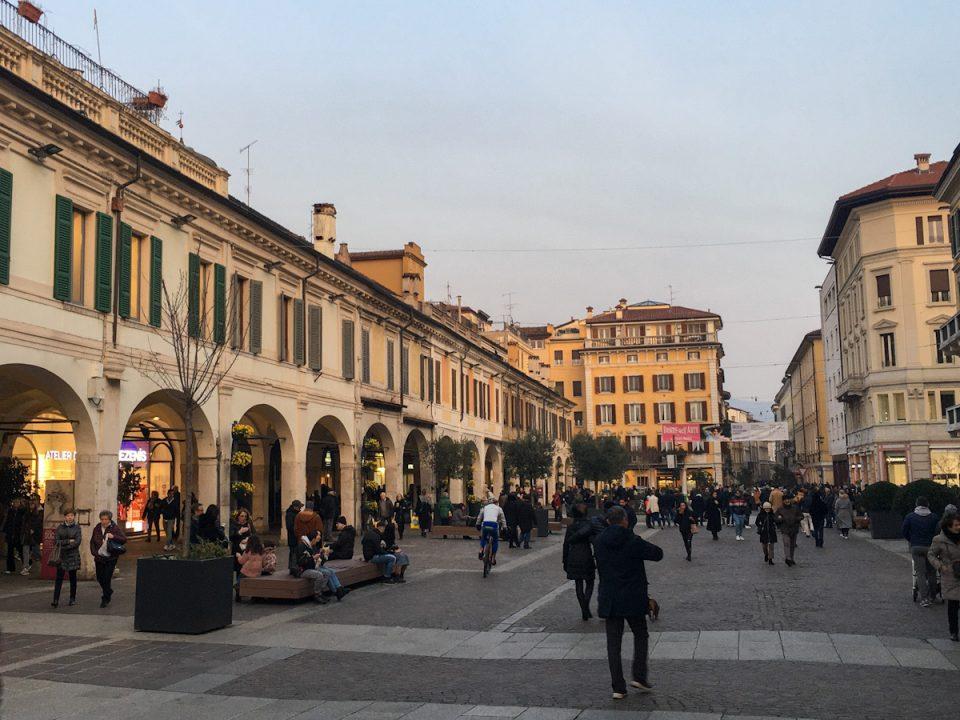 Via Zanardelli è la via dello shopping di Brescia. Oltre ai negozi, si trova il Teatro Nuovo