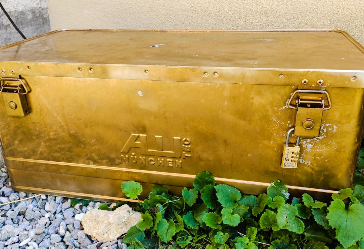 Caccia al tesoro: la cassa del tesoro al termine del sentiero degli stambecchi a Wergenstein nel Cantone dei Grigioni in Svizzera.