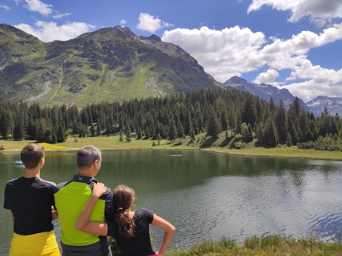 Lago balneabile a San Bernardino in Svizzera, io lago Doss è circondato da montagne e boschi. Sentiero didattico