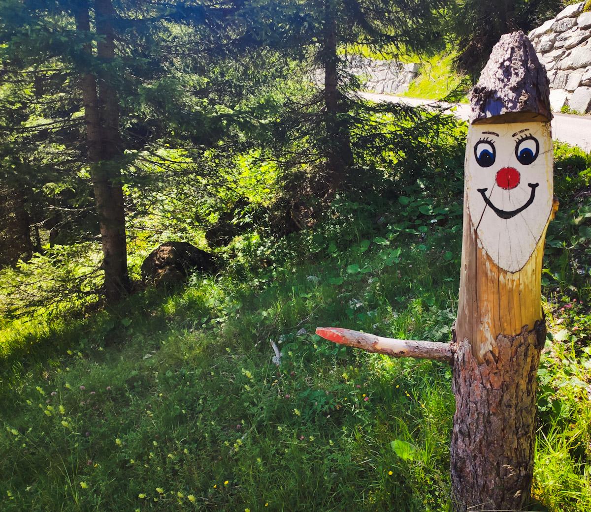 Folletto in legno indica il sentiero da seguire
