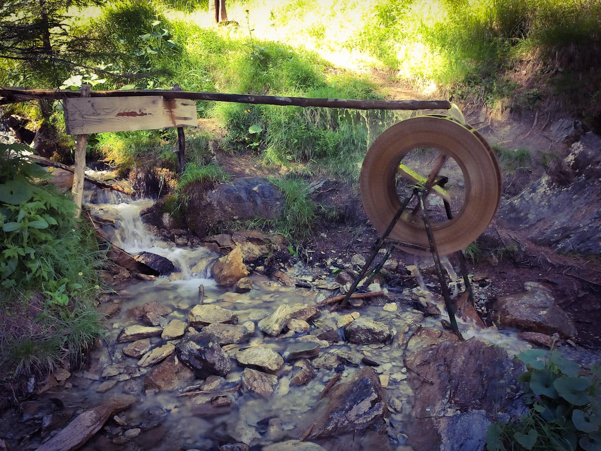 Ruota mossa dall'acqua che produce un suono rilassante