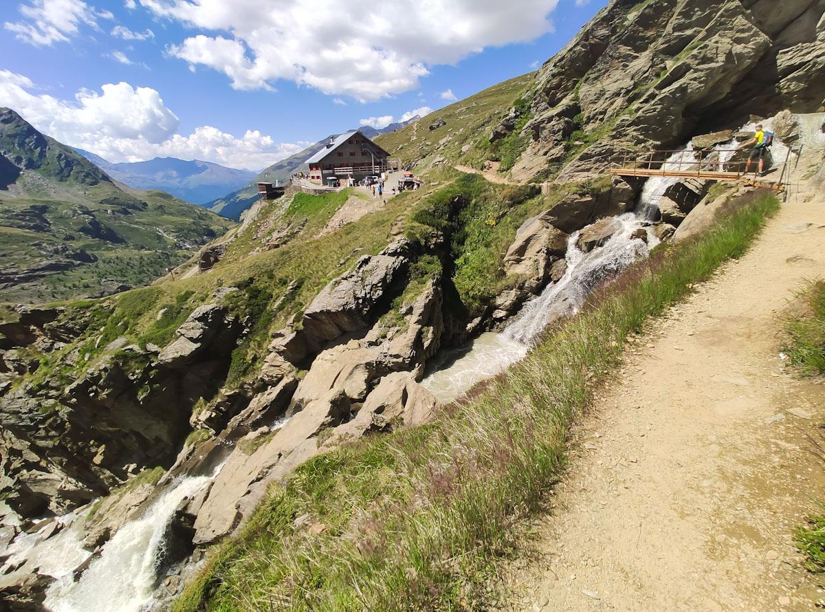 Sentiero glaciologico alto verso il Rifugio Branca