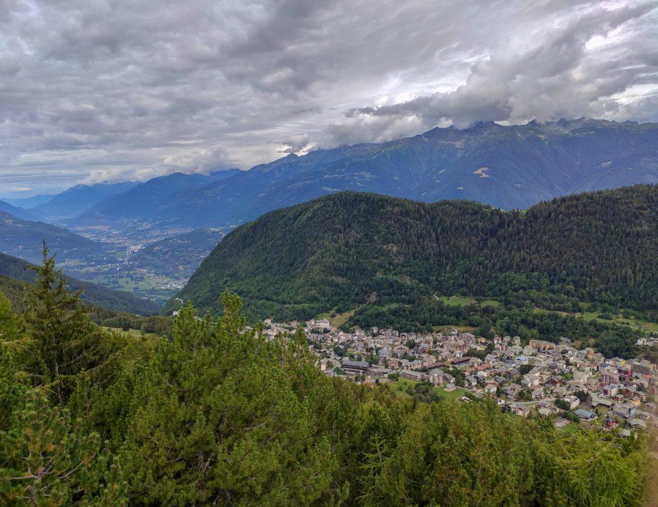 Panorama dall'Osservatorio Eco-Faunistico Alpino di Aprica. La vista spazia fino al Monte Rosa