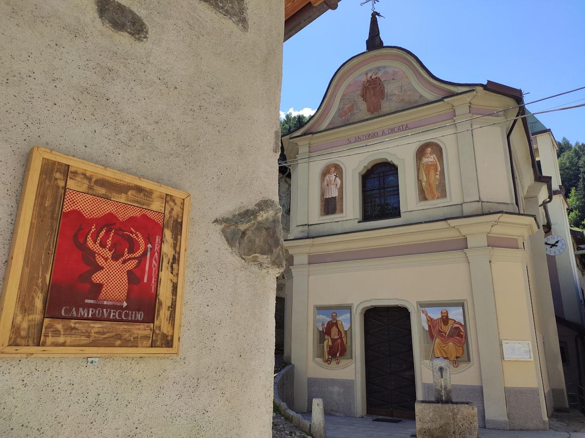 Indicazioni per val Brandet e Campovecchio davanti alla chiesa di Sant'Antonio
