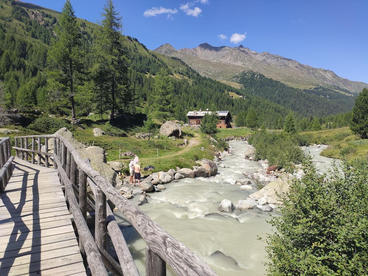 Val Viola, il fiume e l'agriturismo Baita Caricc, punto di arrivo del sentiero ad anello delle Valli Viola e Dosdé