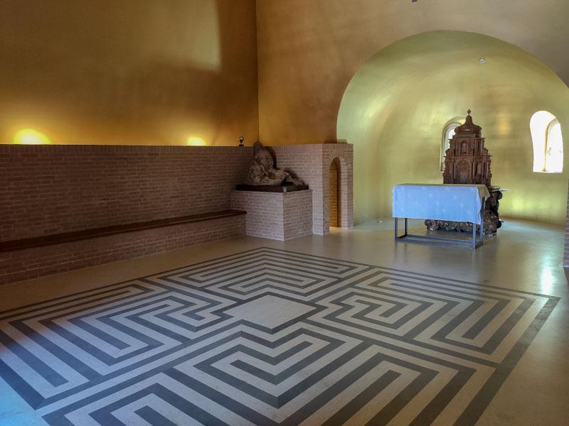 Cappella nella piramide del labirinto della Masone