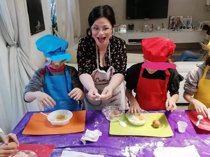 Alice-Cuocadé mentre insegna ai bambini